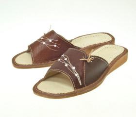 Pantofle skórkowe – damskie – brązowe z haftowanym kwiatkiem