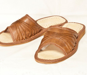 Pantofle skórkowe – damskie – brązowe