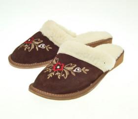 Pantofle skórkowe – damskie z kwiecistym haftem