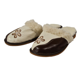 Pantofle skórkowe – damskie – kwiat – biel z brązem