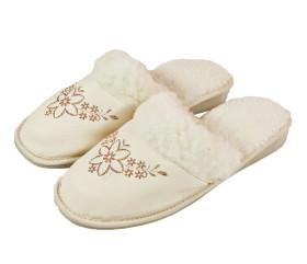 Pantofle skórkowe – damskie białe z haftem