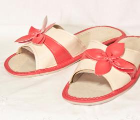 Pantofle skórkowe – damskie z czerwonym kwiatkiem