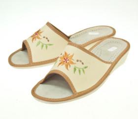 Pantofle skórkowe – damskie zdobione haftem