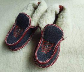 Pantofle filcowe – lamowana czerwona parzenica